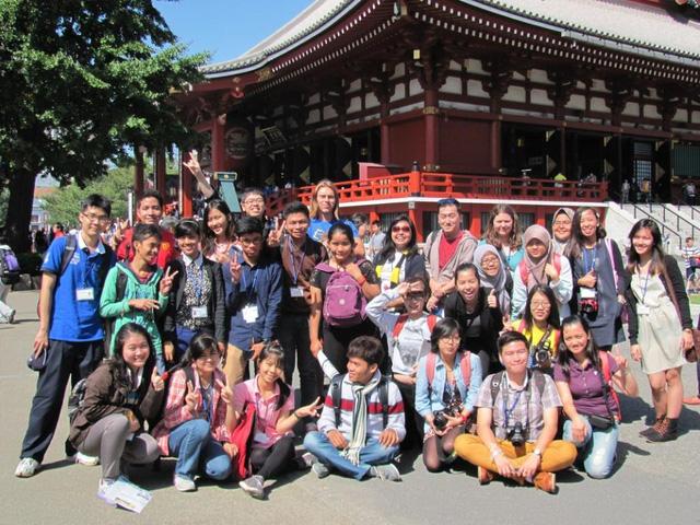 Sinh viên thăm quan tại đền Sensoji, Tokyo